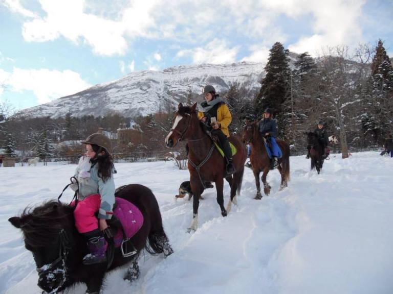 Cours d'equitation dans la neige à Gap